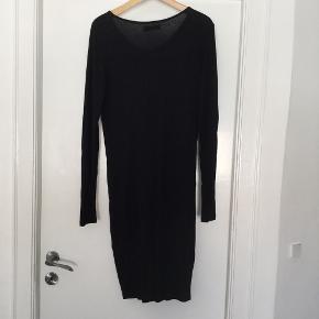 """Sort jersey kjole i blød 100% viskose med fin """"knude"""" foran, der samler kjolen. Aldrig brugt.  Prisen er fast og bytter ikke."""