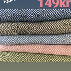 Kender du de store lækre tyrkiske Hammam håndklæder i vævet økologisk bomuld med miljørigtig indfarvning? De tørrer nemt og er super gode at tørre sig i.  De store håndklæder måler 100*180 cm og vi har dem også i mindre størrelser (gæstehåndklæder og viskestykker samt karklude)  Gratis fragt ved køb af 499kr  Sender gerne med DAO som forsikret pakke 🌼🌺 Spørg endelig