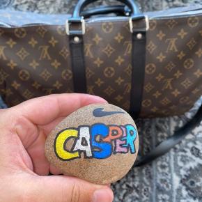 Beskrivelse: Når det kommer til tasker, så er der ikke et mere ikonisk og anerkendt brand end Louis Vuitton. Og hvad er der overhovedet at sætte en finger på?  Informationer📝  Model/mærke: Louis Vuttion Keepall Bandouliére👜  Størrelse: 45📏  Stand: 9✨