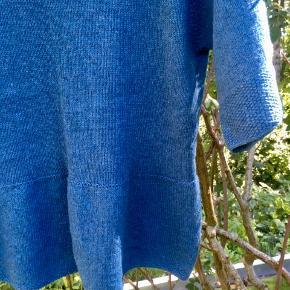 Flot hjemmestrikket bluse med skød, raglan og perlestrikkede kanter i blød uld. Fintstrikket. Desværre lidt for stor, så har ikke fået den brugt. Kun håndvask og luftning. Sender med DAO. Køber betaler forsendelse.  #strik #renuld #bløduld #hjemmestrik #uld