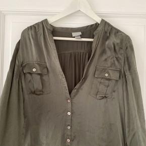 Silke skjorte kjole fra HM i ramt grøn  Str. 40, men kan passes af mindre også  Brugt lidt men fejler intet