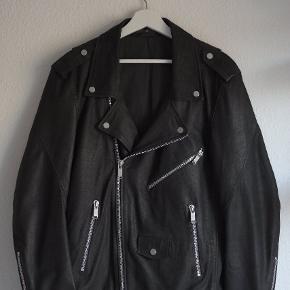 Junk De Luxe læderjakke sælges:)  Str. Xl - fitter L-Xl Virkelig god stand, næsten som ny! Kvittering haves ikke længere:(  Np var 4500, - Byd!