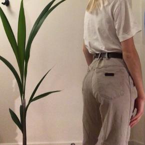 Vintage, beige Wrangler jeans.  W. 33 L. 32, men fitter her en xs/s Bunden er klippet og har folder (spørg for nærbillede)  Generel info: Jeg er 173 cm høj Jeg sender med dao, men kan også mødes i Aalborg ved afhentning