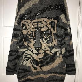 Lang cardigan med tiger-motiv bagpå. I farverne grå, sort og beige og med pailetter.