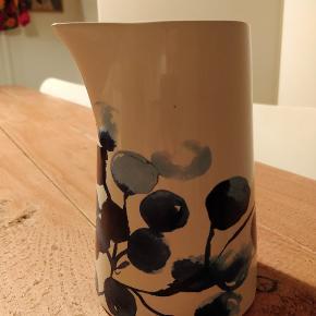 Fin kande med smukt print. Købt for nogle år siden i Søstrene Grene. Brugt til blomster, men kan også sagtens bruges i køkkenet til vand/saft/mælk ❣️