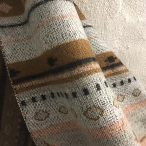 Lækkert halstørklæde i brune nuancer: 118 x 113 cm.