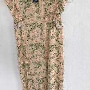 Sød kjole i det skønneste stof.  Brugt få gange og fremstår som næsten ny.