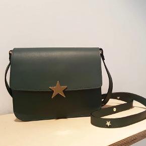 """Super smuk Rika """"Franca"""" taske i grøn, perfekt til det kommende efterår. Kun brugt få gange. Lille ridse på låsen.  Tasken måler, 21x18x8 cm. Remmen i det yderste hul ca 120 cm. Remmen var meget lang, så den er gjort kortere hos skomager, men stadig meget lang, så kan bruges cross body også."""