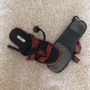 Smukke sandaler I silke og læder. En anelse slid på kant at sålen bagerst, se foto. Ellers pæn brugt stand. Alm. 40  Pris 300 pp