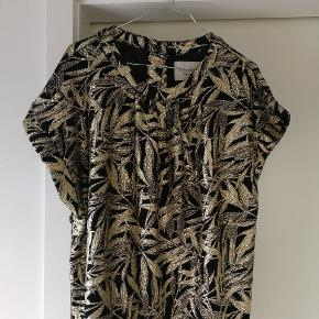 Smuk guld bluse fra Lollys Laundry i medium