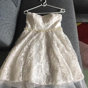 Flot konfirmations kjole sælger, i str. M aldrig brugt. Sælger pga. Købe fejl. Ny pris var 1500