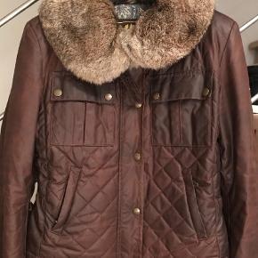 Det er en Italeinsk str. 46 som svarer til en str. 40.    Bytter ikke...  Super eksklusiv taljeret coated jakke med pels Farve: Se billede Oprindelig købspris: 11999 kr.
