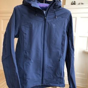 Dejlig fleece-jakke fra Salomon. Aldrig rigtig brugt. Hætte og velcro v ærmer. To udvendige lommer. Advancedskinshield, står der på jakken.  Brystmål ca. 100 cm, hofte va. 102 cm, længde ca. 65 cm og ærmelængde ca. 55 cm.
