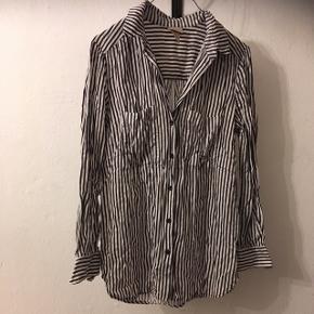 Skjorte fra H&M i str. 40.  15kr, eller byd! Aarhus😊
