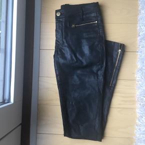 """Et par sort coated bukser fra Day - nærmest ikke brugte, så """"shine"""" fremstår som nyt. Str 27 - nypris er omkring 1100kr 😋🕷"""