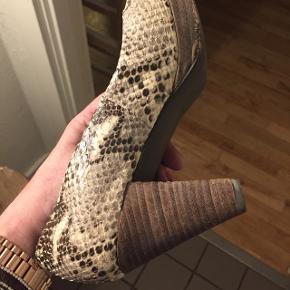 Smukkeste heels str.39 fra billi bi, af nypris tænker jeg det er slangeskind ægte Men husker det ikke( gav 1600kr) velholdte men brugt nogle gange.Jeg er ryger✅