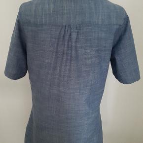 Aldrig brugt eller vasket - mærke blot fjernet.   Flot figursyet tunika med læg foran, trykknapper og mulighed for at knappe ærmerne op 🌸