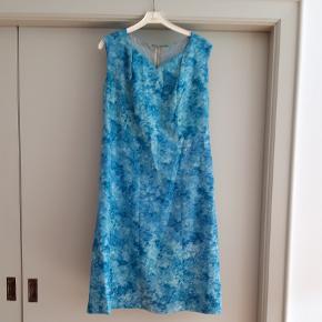 Blå vintagekjole fra 1960'erne. Der er fejlfarve i nakken inde i kjolen, men ellers kjolen fin.