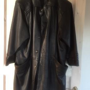 Super flot skind frakke i det lækreste læder. Ærmerne er lidt længere end 3/4. Har fået en behandling med læderfedt og står som ny.