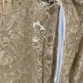 Party guldsæt fra Karen by Simonsen. Blusen er transparent med sportystrib ned langs ærmerne og kan også kombineres med hvide jeans. Buksen er med foer, der er elastisk og behagelig. Blusen er brugt en gang, buksen er aldrig brugt. Ingen af delene er vasket. Mærker er klippet ud. Bluse brystmål: 53 cm. Bluse ærmlængde: 47 cm Buks indvendig benlængde: 70 cm Buks taljemål: 40 cm og med udstræk i elastik i ryg er mål: 49 cm