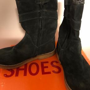 Fine vinterstøvler til pige fra Shoesme Støvlen er i lækker kvalitet og med lynlås, så den er nem at få på
