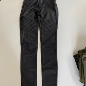 Str. S/M  Bikerpants med læderlook coating. Brugt men ikke noget der kan ses på coatingen   Byd🌸