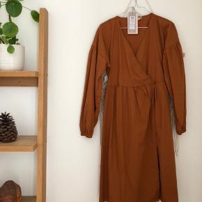 HELT NY kjole fra Pieces. Købt i bestseller for en måned siden, og er desværre bare blevet hængt ind i skabet og ikle blevet brugt, da der nok er lidt for mange kjoler 😅  Kom endelig med et bud 🌻 Tjek også mine andre annoncer med tøj fra Monki, Zara, Boii, Weekday mm. 🌸🕺🏼 #trendsalesfund