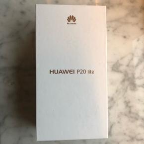 """Helt uåbent!! Sort farve Huawei P20 Lite 64 GB er en let, slank smartphone, der er fyldt med kvalitetskomponenter. Smartphonen har et fantastisk dual 16/2 MP kamera, en klar, skarp 5,84"""" TFT Full View-skærm samt en kraftfuld Kirin 659 octa-core processor."""
