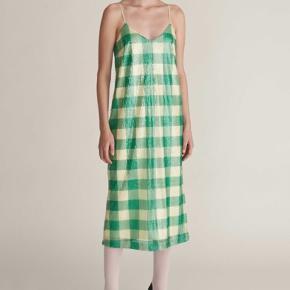 Cool kjole fra Tiger of Sweden i str 38. Den er helt ny & ubrugt og sælges stadigvæk i butikkerne til 2000 kr  Kjolen er palietbesat,  har lynlås i siden & har slids bagtil så man kan gå Handel foregår over mobilepay Np: 2000,- Pris:600,-