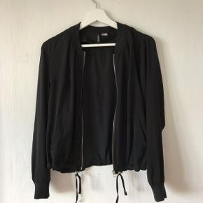 Sælger denne lette sommerjakke fra H&M. Brugt få gange, men fejler intet. Sælges for 50,- eller kom med et bud:))