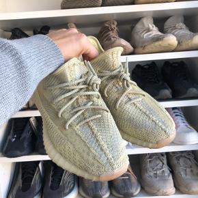 Sælger Adidas Yeezy Antalia Str 43 1/3 Cond 8,5 Har boks og kvit   Prisen er 1300