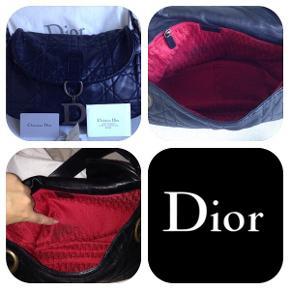 Smuk lammeskindstaske fra Dior. Nypris 12.000.... stortset aldrig brugt - den har en lille plet i det røde foer - jeg har ikke forsøgt at fjerne den. Super blød klassisk taske