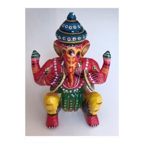 Håndlavet og håndmalet Indisk Ganesh / Ganesha, købt i Varanasi. Mål følger. Standen er som da jeg selv købte den fine figur.   Mp: Se prisen + evt. porto  Tag også gerne et kig på mine mange andre annoncer. 🌻