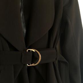 Flot og trendy trenchcoat fra H&M med guldfarvet bælte. Kan både passes af en xs og s. Fejler intet 🤍