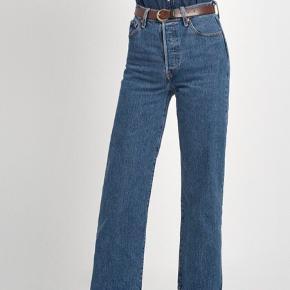 Så fede ribcage straight ankle jeans fra Levi's. W: 30, L: 27. Super højtaljede og meget behagelige. Brugt en håndfuld gange og vasket én gang. Desværre købt en str. for stor.