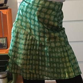 Super sej og festlig nederdel! Jeg har brugt den en gang derfor er mærket klippet ud, men ellers er den som ny✨ Str xs-s