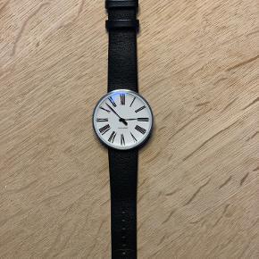 Arne Jacobsen armbåndsure. Helt nye - har kun siddet i en demo mappe. Fås med flere forskellige remme og lænker. Fås i flere designs og størrelser. Spørg for yderligere info :O)