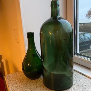 Smukke grønne flasker den mindste måler:: 21 cm i højden og 10 cm i diameter på det bredeste sted.pris 46 kr. SOLGT. Den høje måler 31 cm i højden og 12 cm i diameter?pris 98 kr   Returneres ikke .  Afhentes på 8270 Højbjerg.  Reserver gerne når halvdelen af beløbet betales i despotiom, Svarer varen ikke til dine forventninger , refunderes pengene .