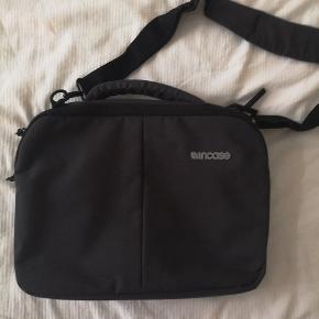 """Computertaske fra incase (13"""") i mørkegrå. Har et stort rum, samt særskilt rum til computeren. Herudover flere lommer. Kun brugt få gange."""