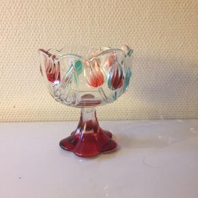 Sød lille skål ( kan bruges til en ven som hele tiden siger skål hvis man bliver træt af det  så kan vedkommende bare løfte den uden at sige noget😂)  Mest rød men en farveri skål😀