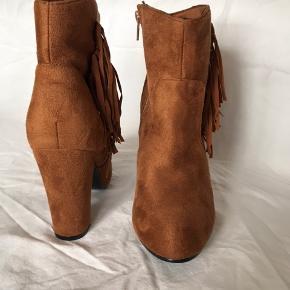 Støvletter/ankel støvler med hæl og frynser i varm lysebrun imiteret ruskind. Str 37 - 1 cm platform og 10 cm hæl, lynlås hele vejen ned på indersiden. Helt ny, blot et klistermærke fjernet under sålen, aldrig brugt.  Mængderabat kan gives ved køb af flere ting