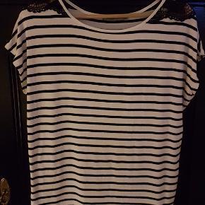 Vildt lækker blød stribet t-shirt med flot blondedetalje på skuldrene. T-shirten har et oversize fit og korte ærmer.