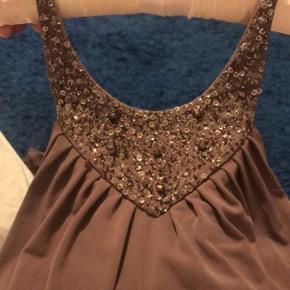 Jeg har taget på og kan ikke passe kjolen, derfor vil jeg gerne sælge den.  En flot, simpel og meget elegant.