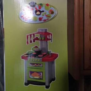 Smart legetøjskøkken. Helt nyt ubrugt køkken i plastik.Med tilbehør. 350 fra ny. Emballagen medfølger og aldrig brudt.Aldersgruppe fra 3 år.