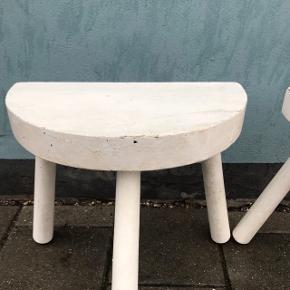 2 hvidmalede malkeskamler. Med patina, men meget stabile. 150kr stykket  #malkeskammel #skammel #vintageskammel #retroskammel #skamler