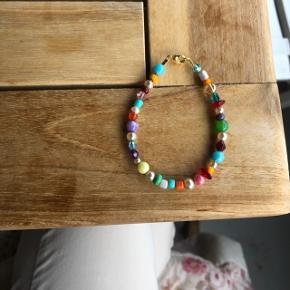 Armbånd med multi farvede perler  Ⓜ️ Mål: 17 cm 💮 Prisen er inkl porto