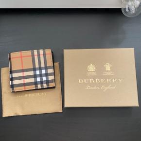 Burberry Vintage Check E-Canvas International Bifold Wallet. Sælges med dustbag og æske, uden kvittering, da det var en gave. Aldrig brugt, helt uden fejl/skader.  FAST PRIS: 1550 kr. + porto Lad være at byde under, tak. Bytter ikke. Kun seriøse henvendelser.