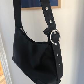 Daniel Silfen Ulrikke skuldertaske i sort nylon. Købt i sidste måned og er derfor kun brugt få gange. Er uden brugsspor.