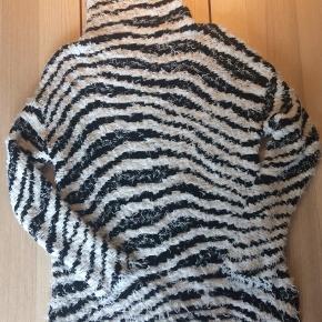Lækker, varm og blød trøje fra By Malene Birger. Størrelsen er en XXS men stor i det. Derfor jeg har sat den til XS. Det er mig på billedet og jeg er normalt en S. Den er brugt men rigtig fin.  Se også gerne mine andre annoncer. Giver mængde rabat :-)