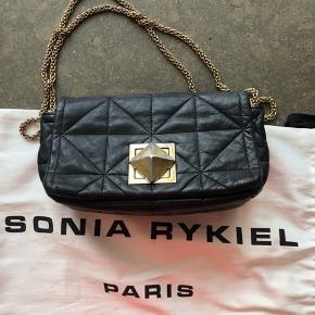 Lækreste taske fra Sonia Rykiel i modellen Le Copain MM. Sælger da jeg har fået ny taske og derfor ikke bruger den længere. Der er få tegn på slid (sender gerne billeder), men ikke noget jeg vil sige man som sådan lægger mærke til.  Tasken har en perfekt størrelse, da den ikke er lille men heller ikke stor. Dustbag medfølger, men har desværre ikke længere kvittering, da det var en gave. Np: 5500kr Mp: omkring 2500kr, men jeg er åben for seriøse bud